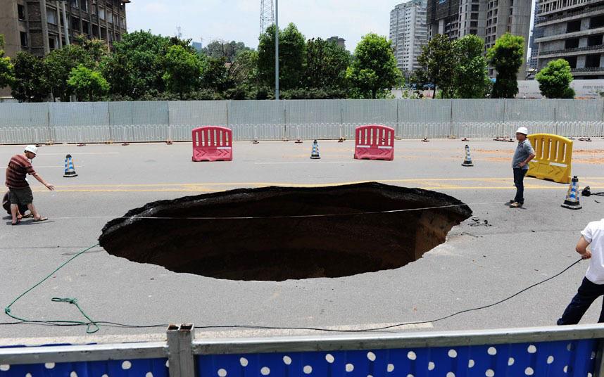 Китай, июль 2012 года. В этой дыре погиб 1 человек и еще трое пострадали от травм.
