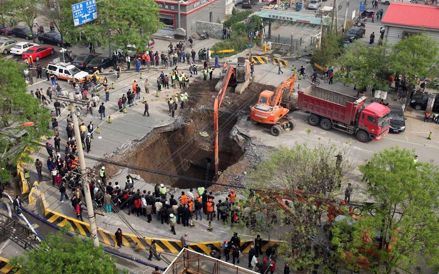 В апреле 2011 года в Пекине в дыру провалился грузовик, водителя удалось спасти.