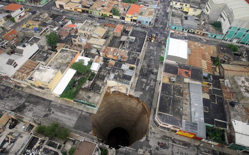 Эта воронка появилась в 2010 году в Гватемале. 20 м в ширину и 30 в глубину, она поглатила трехэтажный дом. Возможная причина появления воронки - затяжные ливни.