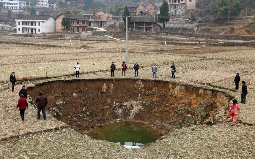 За последние 4 месяза в Китае образовалось около 20 подобных воронок. Скорее всего это связано с горными разработками, в результате которых уничтожена система грунтовых вод.