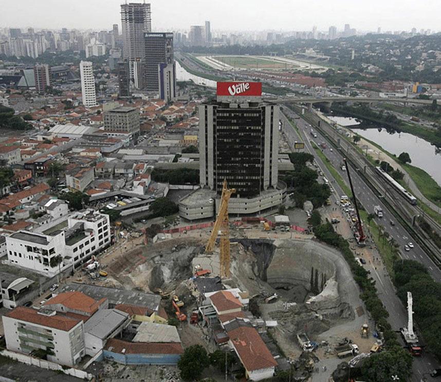В январе 2007 года огромный кратер открылся на стройплощадке станции метро в Сан-Паулу, Бразилия. В 40--метровую дыру упал пассажирский фургон.