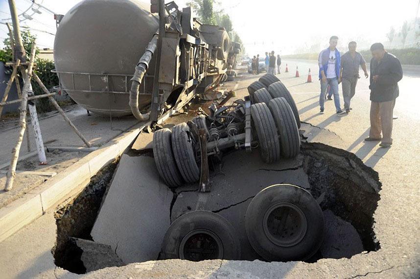 В августе 2012 года грузовик провалился в дыру в шоссе в Харбине.
