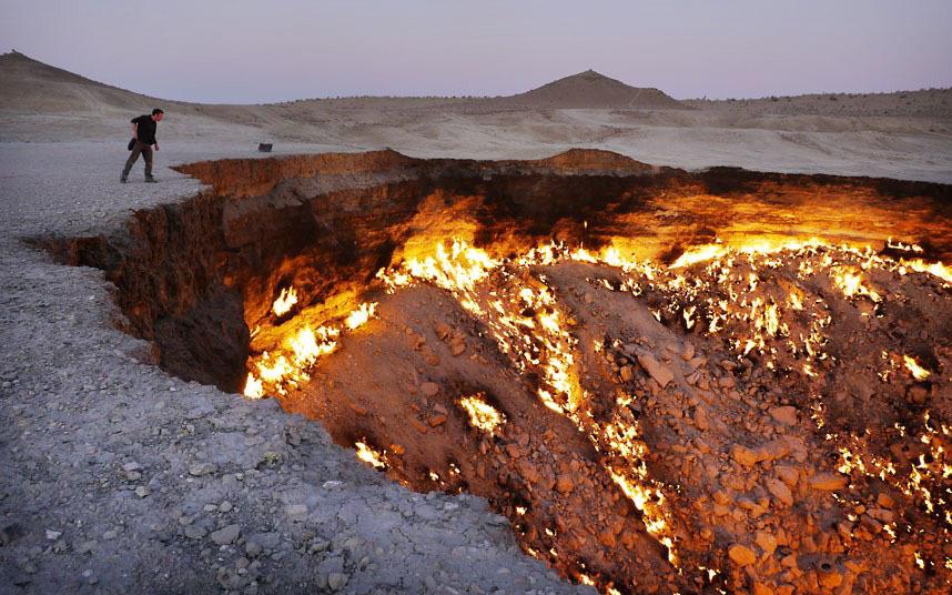 Газовый кратер в пустыне Каракумы, который называют Вратами ада. Эта яма горит уже более 40 лет. Ее обнаружили в 1971 году советские геологи, когда земля на месте их разработок неожиданно обрушилась, оставив после себя дыру 70 м в диаметре. Так как кратер наполнен потенциально ядовитым природным газом, было принято решение поджечь его. Ученые полагали, что он сгорит за несколько дней, но огонь до сих пор не утихает.