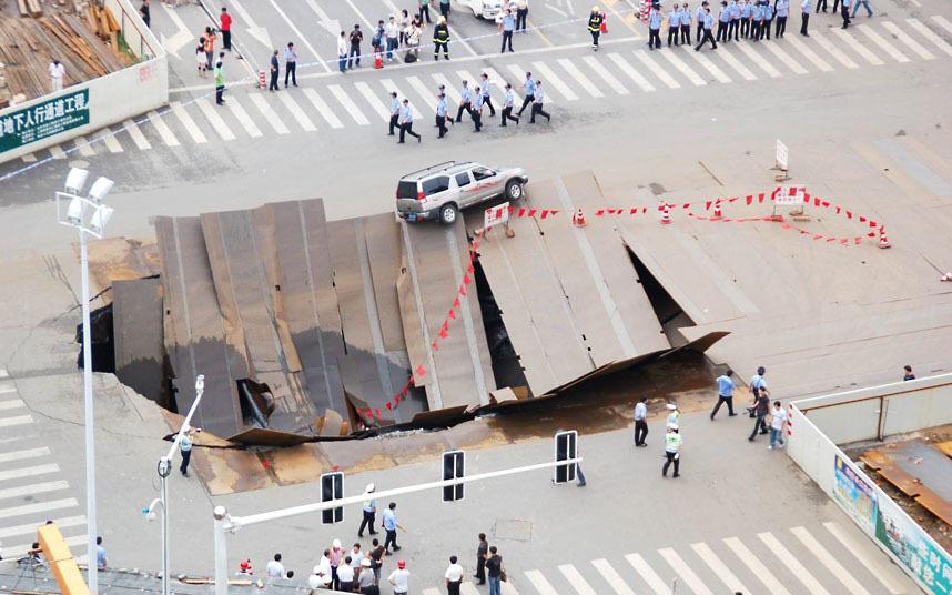 В августе 2009 года в Хэфэе, Китай, обвалилось шоссе. В дыру упал один автомобиль и три мотоцикла.
