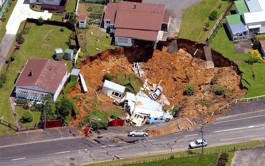 Новая Зеландия. Этот дом провалился в огромную дыру 50 м шириной и 15 м глубиной. Семья, проживающая в этом доме отделалась небольшими травмами.