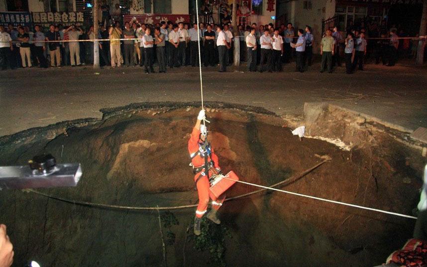 В Китае, во внезапно образовавшейся яме погибло 2 человека