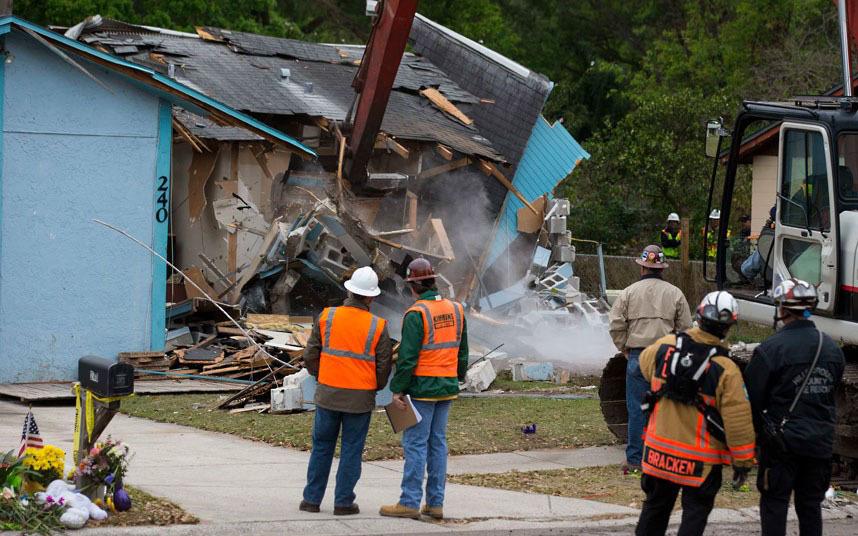 Рабочие сносят дом в Тампе, Флорида, под которым появилась воронка. Погиб житель дома Джефф Буш. Рабочим так и не удалось найти его тело.