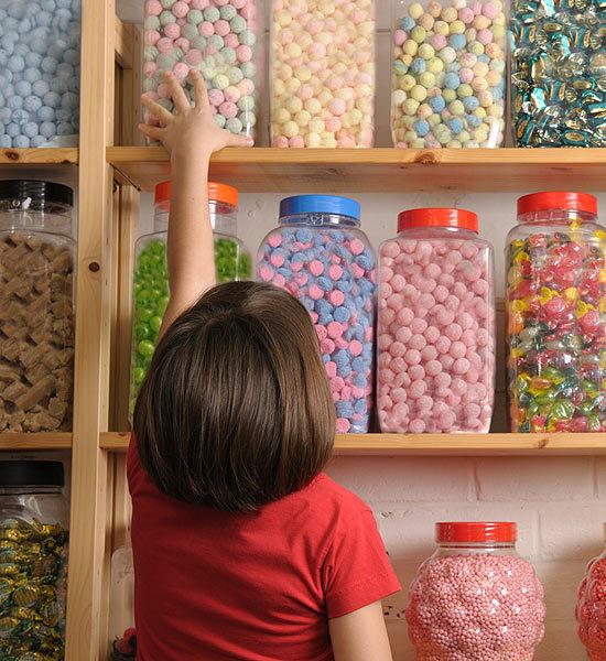 ребенок купил сладости