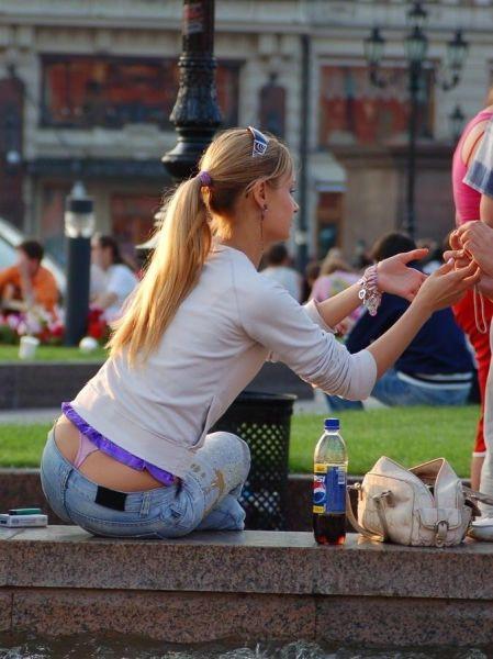 Девушки, подтяните свои штаны! BroDude.ru devuski pokazivayt trusiki 0487292119