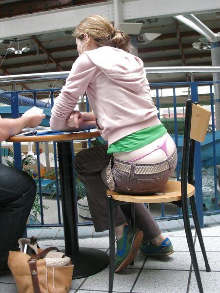 Девушки, подтяните свои штаны! BroDude.ru devuski pokazivayt trusiki 0973300079