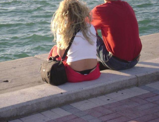 Девушки, подтяните свои штаны! BroDude.ru devuski pokazivayt trusiki 1104205524