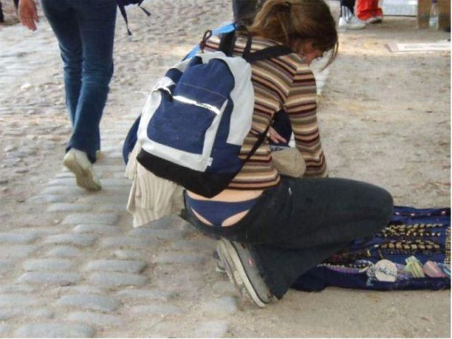 Девушки, подтяните свои штаны! BroDude.ru devuski pokazivayt trusiki 2116084880