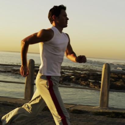 парень бежит
