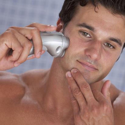 парень бреется