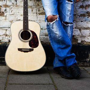 парень с гитарой