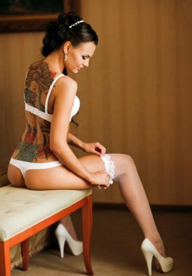 Татуированная телка снимает кружевное бельё в спальне  477089