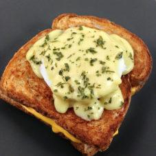 Идеальный мужской завтрак #2: необычный сэндвич с беконом и сыром