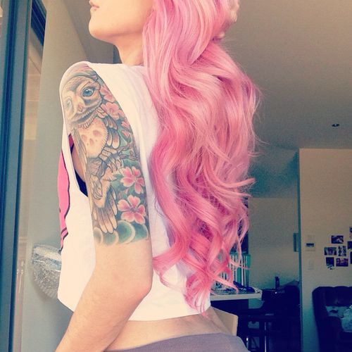 хипстерша с татуировками