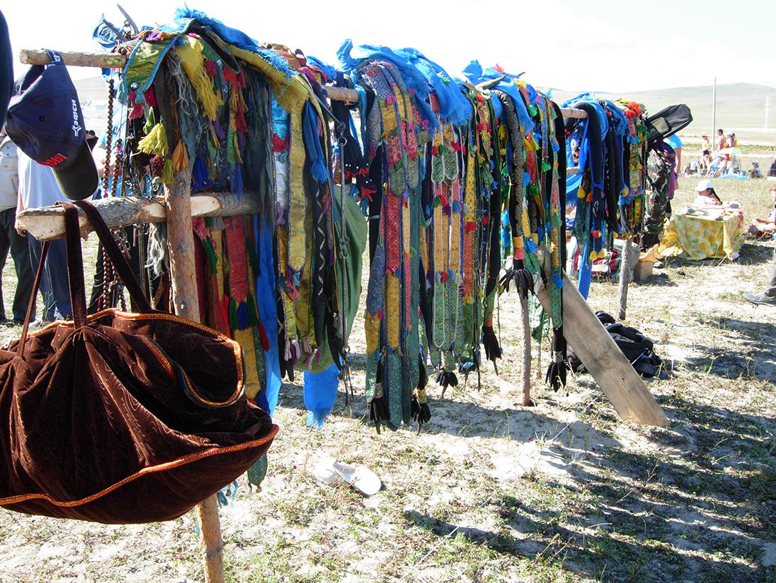 Специальная шаманская униформа уж больно напоминает упряжь