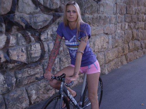 Велосипедистки рулят! BroDude.ru brodude.ru 27.02.2014 swJLU18VrGnYU
