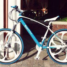 Белый велосипед с синими покрышками