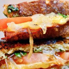 Сытный гриль-сендвич с сыром