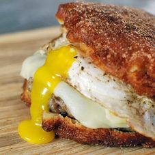 Оладьи с мясом, беконом и яйцом
