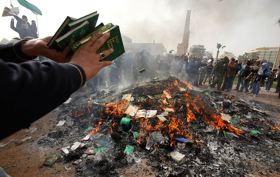 Anti-government demonstrators burn copies of the Green Book next to the Green Book Studies Center in Benghazi March 2, 2011. REUTERS/Asmaa Waguih (LIBYA - Tags: CIVIL UNREST POLITICS)