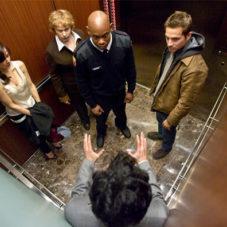 Вопрос приличия и воспитания: как вести себя в лифте?