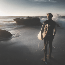 На гребне волны: как научиться искусству серфинга