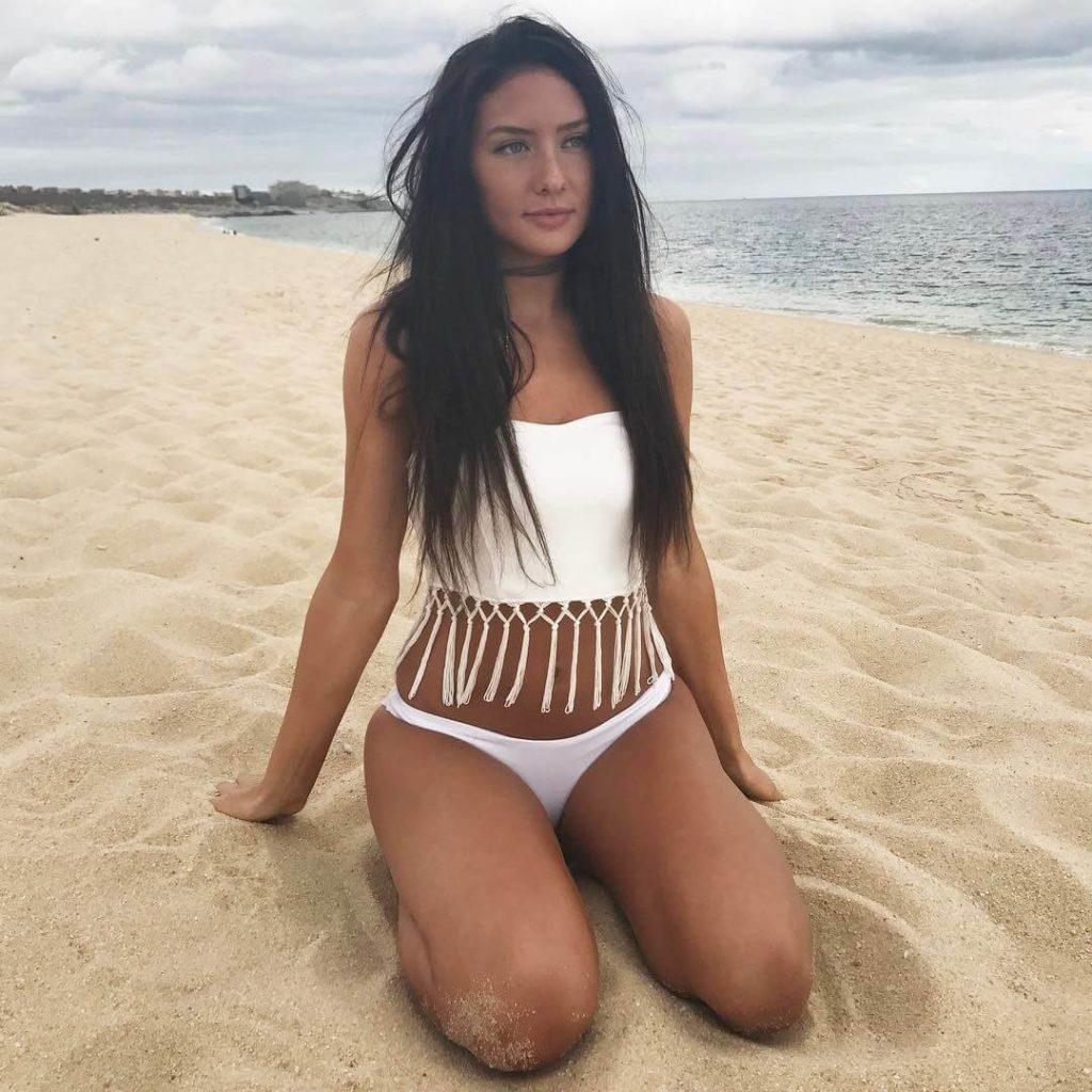 девушка из канады фото на песке Джодеки Раду