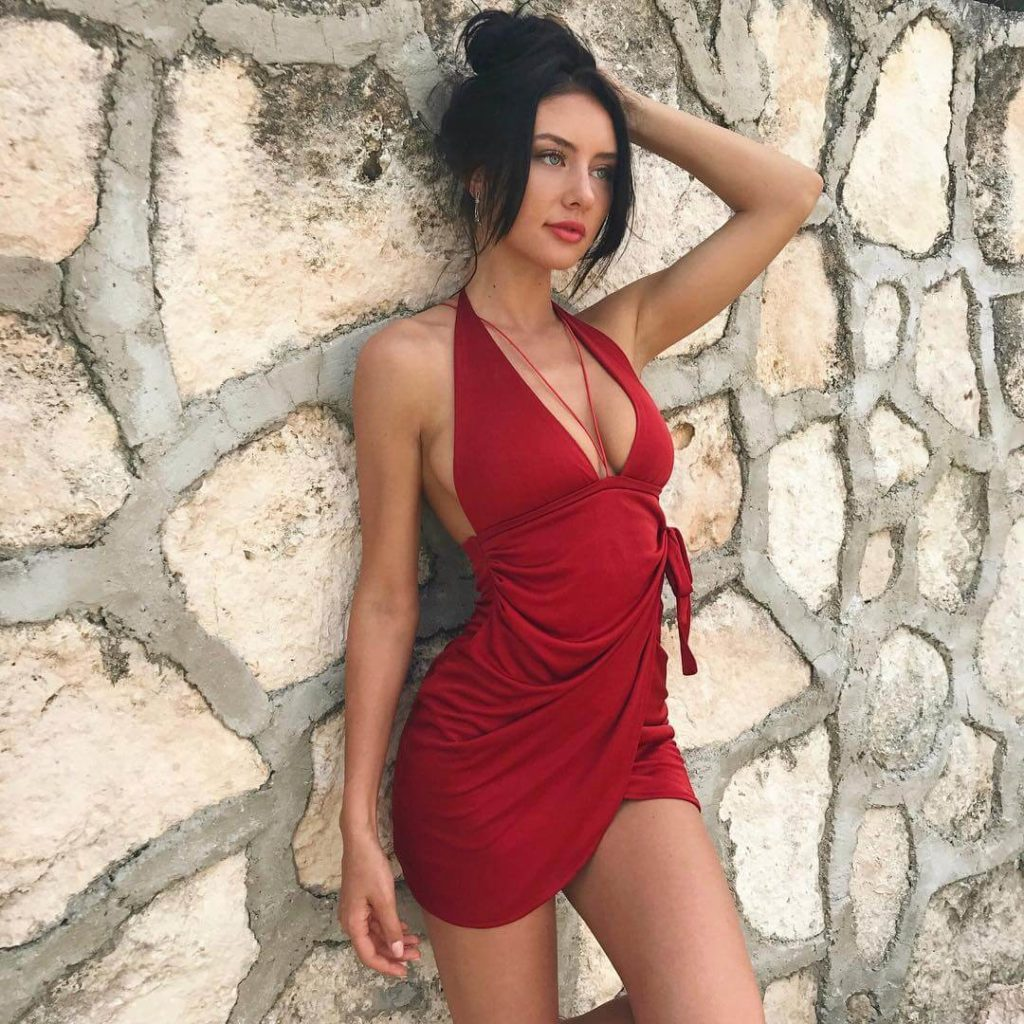 девушка из канады фото в красном платье Джодеки Раду