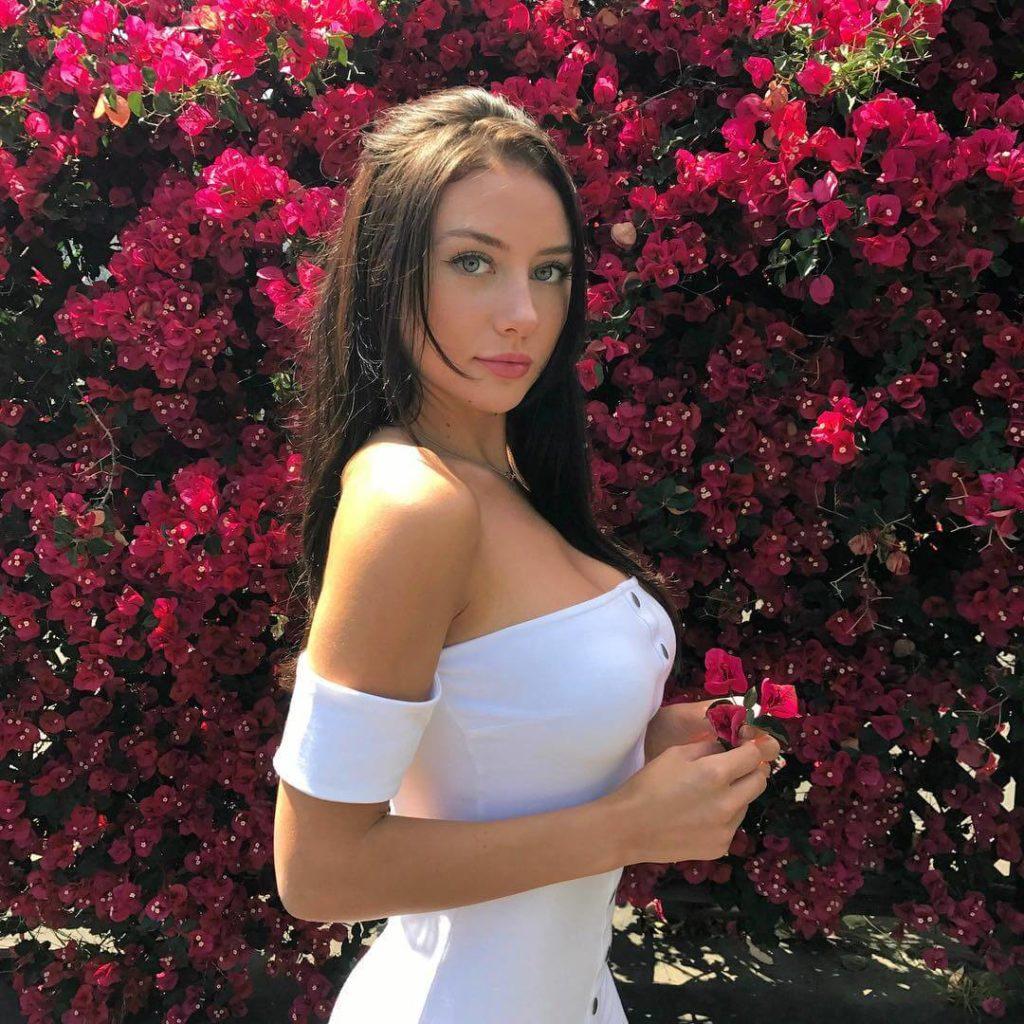 девушка из канады фото с цветами Джодеки Раду