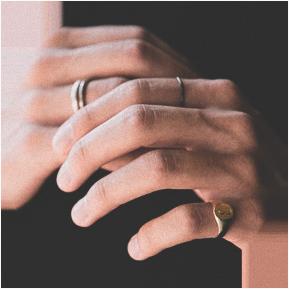 Гей носит кольцо на пальце