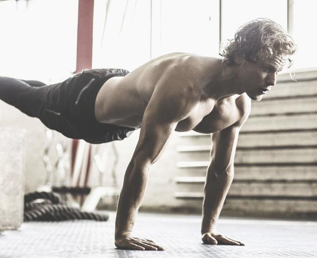 6 упражнений, которые быстро прокачают все части грудных мышц